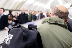 Leute auf London-Untertagerolltreppe Stockbilder