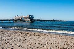 Leute auf Meerblick-Strand-Fischen-Pier Stockfotografie
