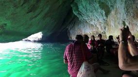Leute auf Motorboot in der Grotte, Musandam-Halbinsel, Sultanat von Oman stock video footage