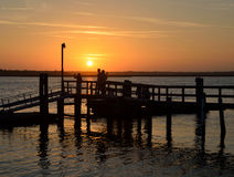 Leute auf Pier bei Sonnenuntergang in St Augustine Lizenzfreie Stockfotografie