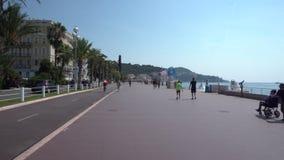 Leute auf Promenade des Anglais in Nizza stock video footage