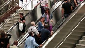 Leute auf Rolltreppe im U-Bahnhof in Athen, Griechenland stock video