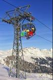 Leute auf Ski und Snowboards an der Drahtseilbahnkabine auf Wintersport Stockbilder