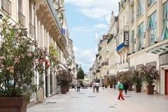 Leute auf Straße Rue Lenepveu verärgern herein, Frankreich Stockbild