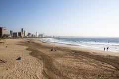 Leute auf Strand gegen Stadt-Skyline in Durban Stockbild