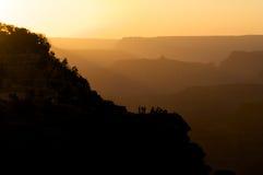 Leute auf Täuschung unter silhouettierten Hügeln Stockbilder