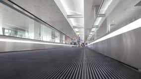 Leute auf travelator innerem Warteraum im internationalen Flughafen stock video
