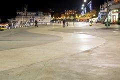 Leute auf Ufergegend in Jalta-Stadt in der Nacht Lizenzfreies Stockfoto