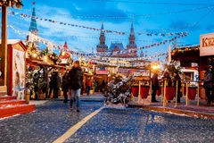 Leute auf Weihnachtsmarkt auf dem Roten Platz, verziert Lizenzfreies Stockfoto