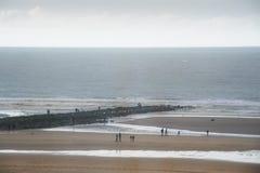 Leute auf Wellenbrecher stockbild