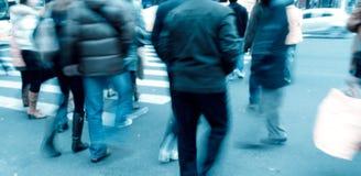 Leute auf Zebraüberfahrt Stockfoto