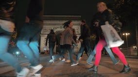Leute auf Zebrastreifen nahe Arc de Triomphe in der Nacht Paris stock video footage