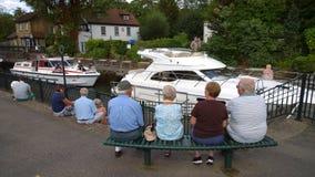 Leute-aufpassende Boote auf dem Fluss Lizenzfreie Stockbilder