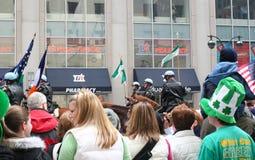 Leute-aufpassende Heiliges Patricks-Tagesparade Stockbild