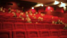 Leute am aufpassenden Film des Kinos stock footage