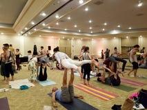 Leute balancieren sich während zuhause an Acroyoga-Stau Stockbild
