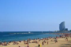 Leute in Barcelona setzen in Barcelona, Spanien auf den Strand Lizenzfreies Stockfoto