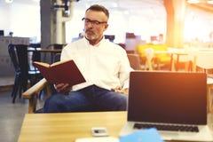 Leute bei der Arbeit unter Verwendung der modernen Technologie und drahtloser Verbindung zum Internet in der Universität Lizenzfreies Stockfoto