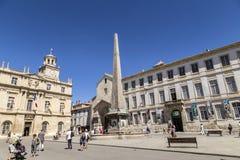 Leute bei Place de la Republique in Arles, Frankreich stockfotografie