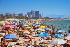 Leute bei Platja Del Bogatell setzen, in Barcelona, Spanien auf den Strand Stockfotografie