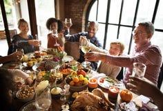 Leute-Beifall, der Erntedankfest-Konzept feiert Stockfoto