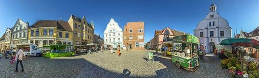Leute am berühmten Marktplatz in Wolgast Lizenzfreie Stockbilder