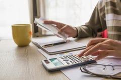 Leute berechnen über Kosten zu Hause, Finanzmanager eine Arbeit zuweisen Lizenzfreies Stockfoto