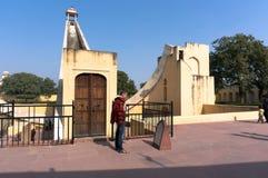 Leute besichtigen astronomisches Observatorium Jantar Mantar in Jaipur, Indien Lizenzfreie Stockbilder