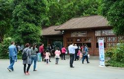 Leute besichtigen den botanischen Garten in Nanning, China Stockbild