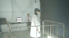 Leute besuchen audio-visuelle Ausstellung in MARS-Mitte stock video