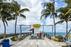 Leute besuchen das alte Teil der sieben Meilen Brücke Lizenzfreies Stockfoto
