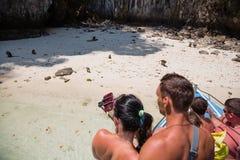 Leute besuchen die Affen, die auf den Inseln von Phi Phi leben Stockfotografie