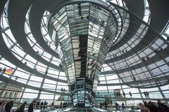 Leute besuchen die moderne Haube auf dem Dach des Reichstag Stockbild