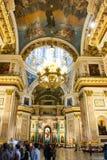 Leute besuchen Heiliges Isaac Cathedral, St Petersburg, Russland lizenzfreies stockbild