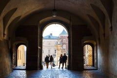 Leute besuchen königliches Wawel-Schloss in Krakau Stockfotografie