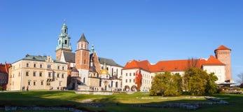 Leute besuchen königliches Wawel-Schloss in Krakau Stockbilder