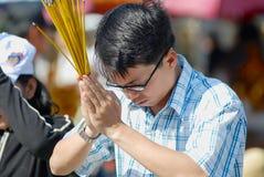 Leute beten am buddhistischen Tempel während der Feier des Chinesischen Neujahrsfests in Ho Chi Minh, Vietnam Lizenzfreie Stockfotos