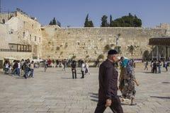 Leute beten die Klagemauer, Klagemauer, oder Kotel der Ort des Weinens ist ein alter Kalkstein Lizenzfreie Stockfotografie