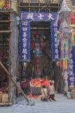 Leute beten für den Geist-König DA-shi in chinesischem hungrigem Geist-Yu Lan-Festival Stockfoto