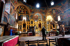 Leute beten innerhalb der alten orthodoxen Kirche Lizenzfreies Stockfoto