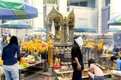 Leute beten Respekt der Schrein der vier-gesichtigen Brahma-Statue Lizenzfreie Stockfotos