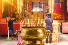 Leute beten Respekt mit dem Weihrauch, der für Gott am Tag des Chinesischen Neujahrsfests brennt Stockfotos
