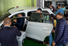 Leute betrachten einen Neuwagen im Detail lizenzfreies stockbild