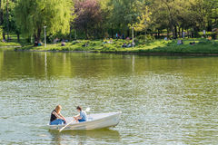Leute-Boots-Fahrt auf Carol Public Park Lake On-Frühlings-Tag Lizenzfreie Stockbilder