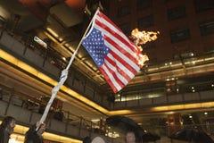 Leute brennen eine US-Flagge Lizenzfreies Stockfoto