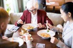 Leute am Business-Lunch lizenzfreie stockbilder