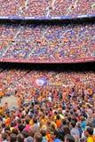 Leute am Camp Nou -Stadion vor dem La Liga passen zwischen FC Barcelona und Getafe CF zusammen Lizenzfreie Stockfotos