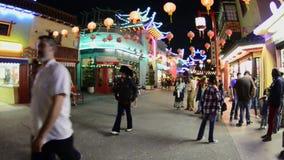Leute in China-Stadt im Stadtzentrum gelegenes Los Angeles nachts - circa im August 2012 stock video footage