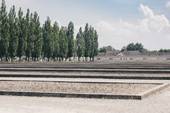 Leute Dachau Deutschland im Juli 2013, die den Dachau-Konzentrationslager-Erinnerungsstandort am ehemaligen Nazikonzentrationslag Stockbilder