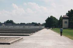 Leute Dachau Deutschland im Juli 2013, die den Dachau-Konzentrationslager-Erinnerungsstandort am ehemaligen Nazikonzentrationslag Stockfotos